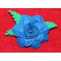 Синий цветок с зелеными листьями на зажиме 6см
