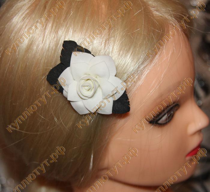 Купить Белый цветок с черными листьями на зажиме 6см